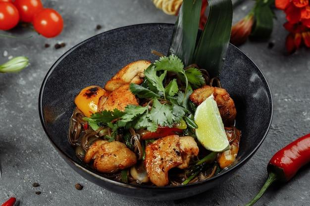 Japans eten: soba-noedels met kip en groenten.