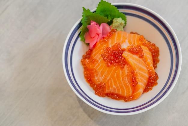 Japans eten zalmsashimi, zalmei (ikura), geraspte radijs en plak gember met japanse rijst donburi, zalm don.