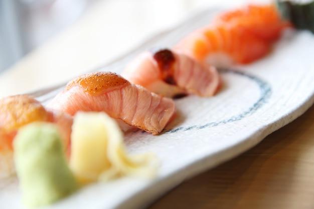 Japans eten zalmsushi set met zalm maki zalmsushi en kaviaar