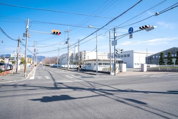 Japans kruispunt met stoplicht en paal en elektriciteitskabel, maar zonder auto op straat