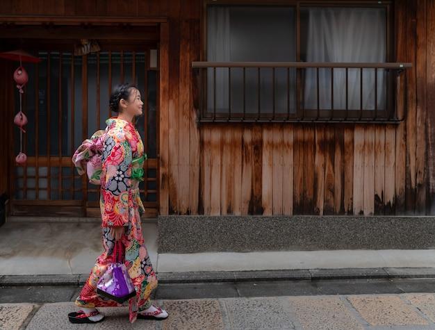 Japans meisje in traditionele kimonokleding