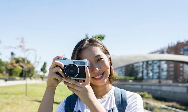 Japans meisje met een camera, hemelachtergrond, exemplaarruimte