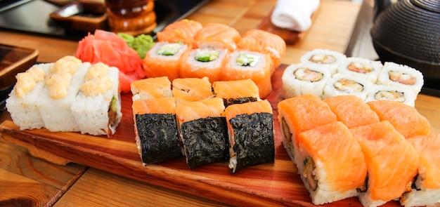 Japans nationaal gerecht, uitgespreid op tafel