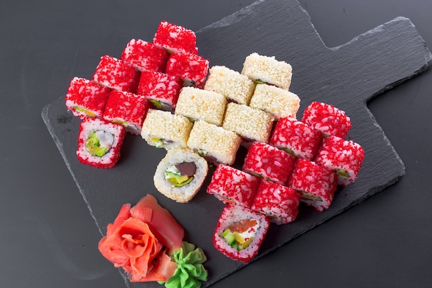 Japans restaurant, sushirol op zwarte leiplaat,