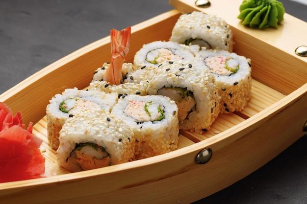 Japans sushibroodje op plaat dichte omhooggaand
