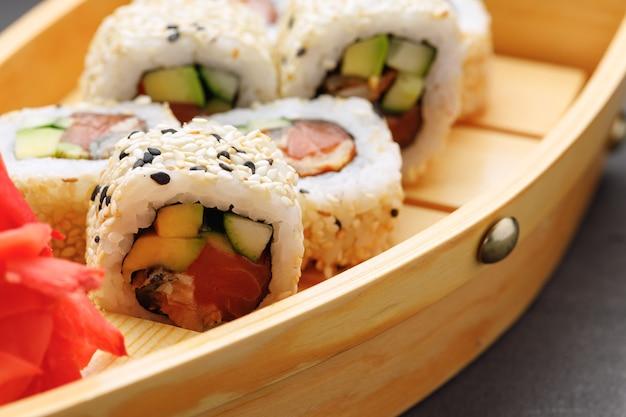 Japans sushibroodje op plaat dichte omhooggaande foto