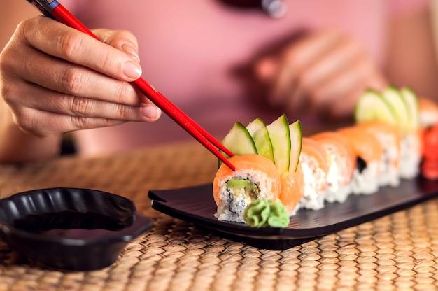 Japans traditioneel eten genaamd sushi of broodje met zalm en rijst.
