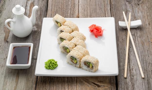 Japans traditioneel sushivoedsel en broodjes met verse zeevruchten