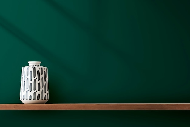 Japanse aardewerk vaas op een plank