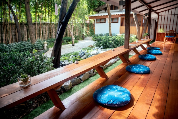 Japanse bar in het café of restaurant met een kleine groene plant en papier voor de notitie