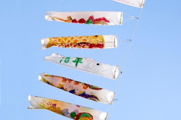 Japanse boog hangt. japan visvlag. Premium Foto