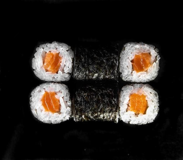Japanse broodjes bovenaanzicht. rolletjes met zalm en nori