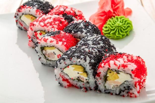 Japanse california roll met zalm, avocado, komkommer, room met philadelphia-kaas, tobiko-kaviaar. japans eten.