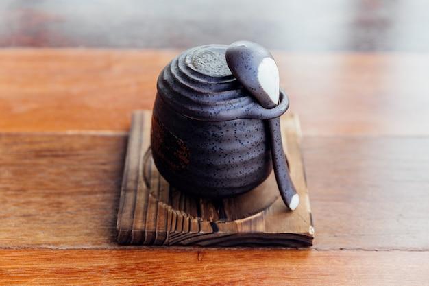 Japanse caramel pudding geserveerd in zwarte keramische cup.