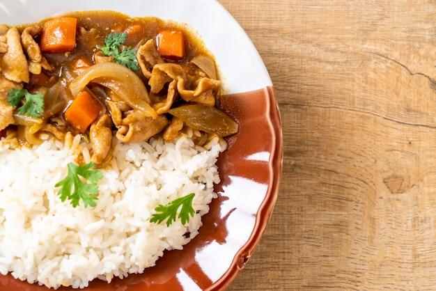 Japanse curryrijst met gesneden varkensvlees, wortel en uien - aziatische stijl