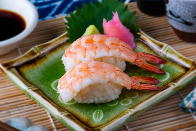 Japanse garnalen sushi serveren.