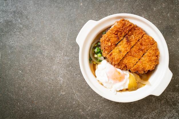 Japanse gebakken varkenskotelet (katsudon) met uiensoep en ei - asian food style
