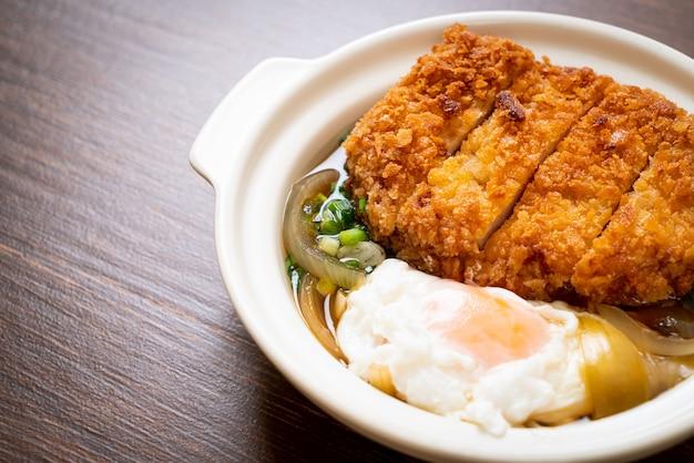 Japanse gebakken varkenskotelet (katsudon) met uiensoep en ei. aziatische eetstijl