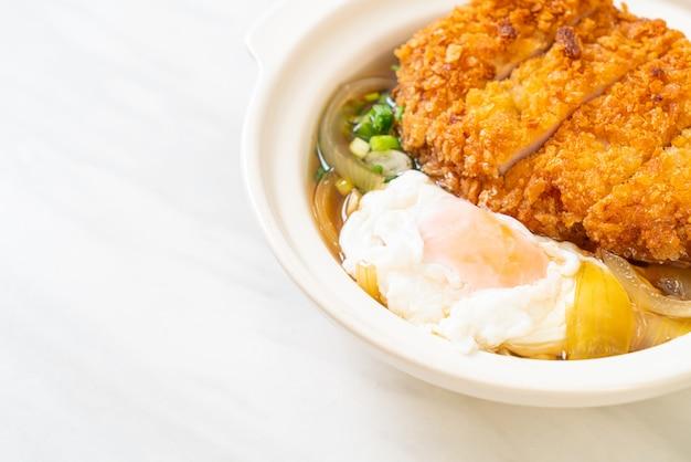 Japanse gebakken varkenskotelet (katsudon) met uiensoep en ei