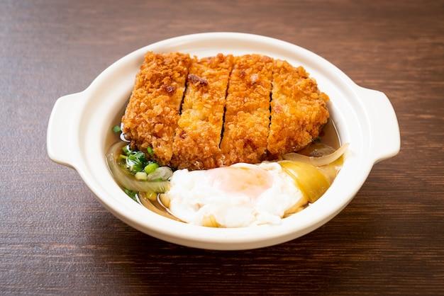 Japanse gebraden varkenskotelet (katsudon) met uiensoep en ei - aziatische voedselstijl