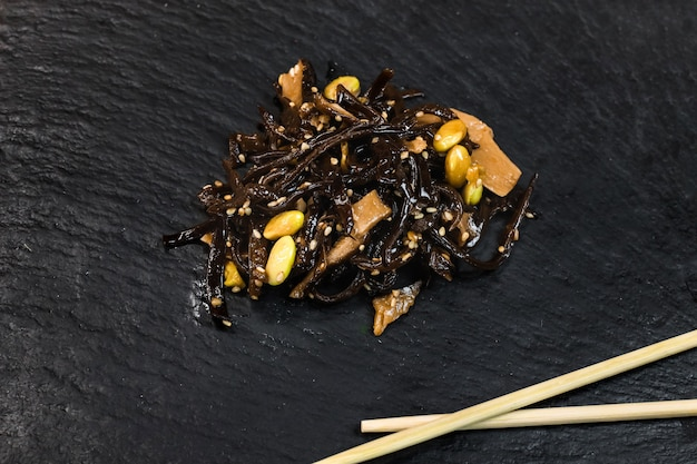 Japanse groente- en zeewiersalade