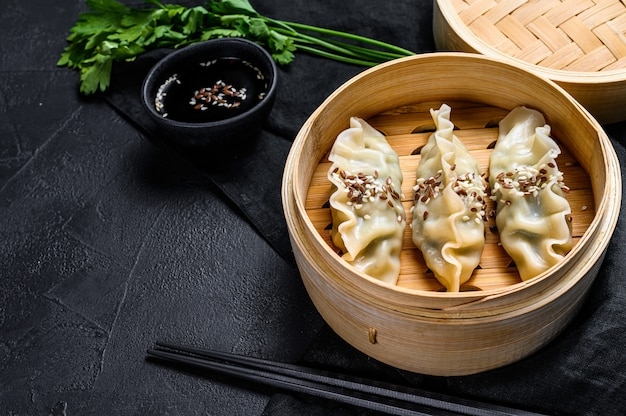 Japanse gyoza in een traditionele bamboestoomboot.