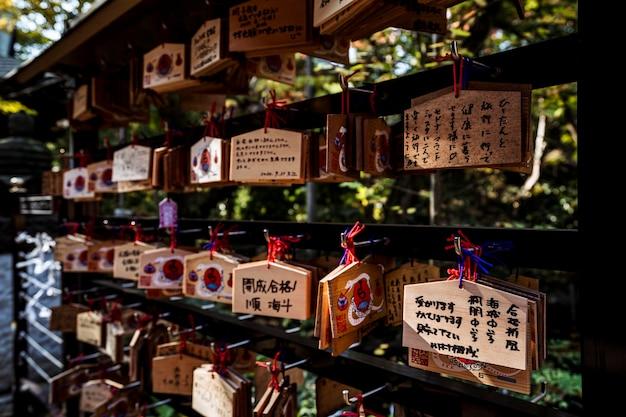 Japanse inscripties die bij de tempel hangen