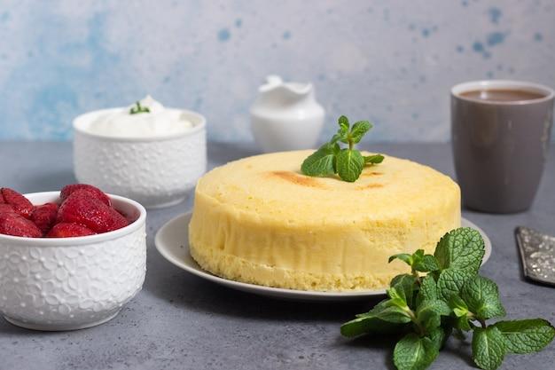 Japanse katoenen cheesecake met munt en aardbei.