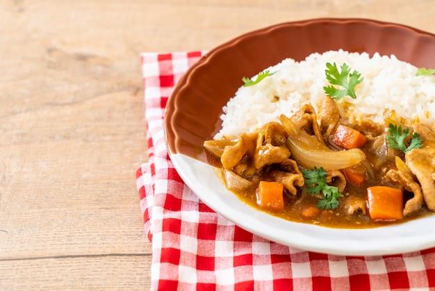 Japanse kerrierijst met gesneden varkensvlees, wortel en uien