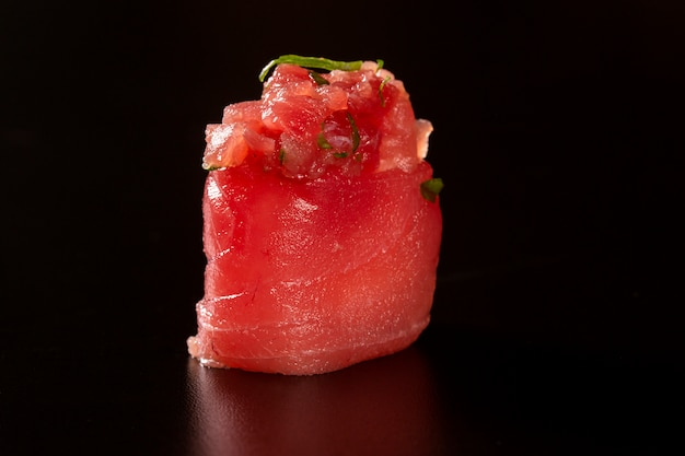 Japanse keuken. een vrede van sushi roll geïsoleerd op zwarte achtergrond close-up shot