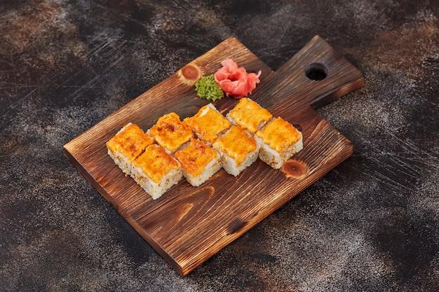 Japanse makibroodjes van voedselsushi op houten raad