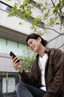 Japanse man die alleen tijd buitenshuis doorbrengt