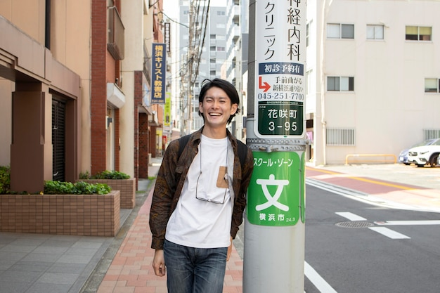 Japanse man die buiten loopt