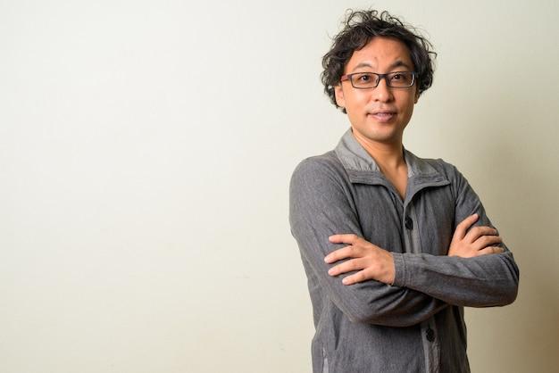 Japanse man met krullend haar binnenshuis