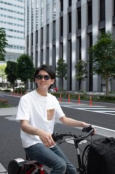 Japanse man met zijn fiets buiten