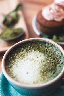 Japanse matcha groene thee. matcha-thee met gebak