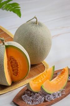 Japanse meloen of meloen, meloen, seizoensfruit, gezondheidsconcept.