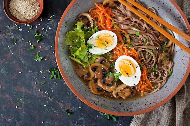 Japanse miso ramen noedels met eieren, wortel en champignons. soep lekker eten. plat leggen. bovenaanzicht