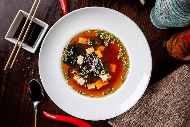 Japanse miso-soep gemaakt van tofu-kaas