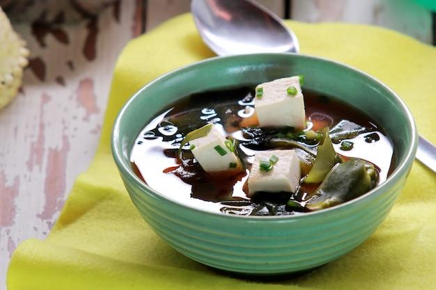 Japanse miso-soep in een groene kom