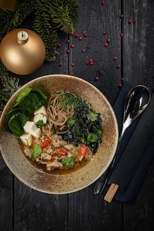 Japanse miso-soep met eendenvlees. tot het nieuwe jaar en kerstmis