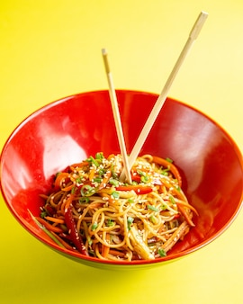 Japanse noedels met groenten zijaanzicht
