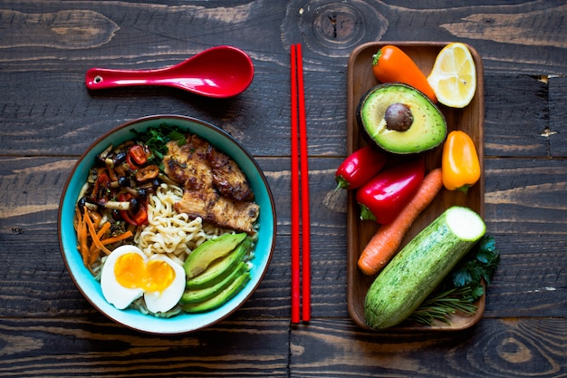 Japanse noedelskom met kip, wortelen, avocado
