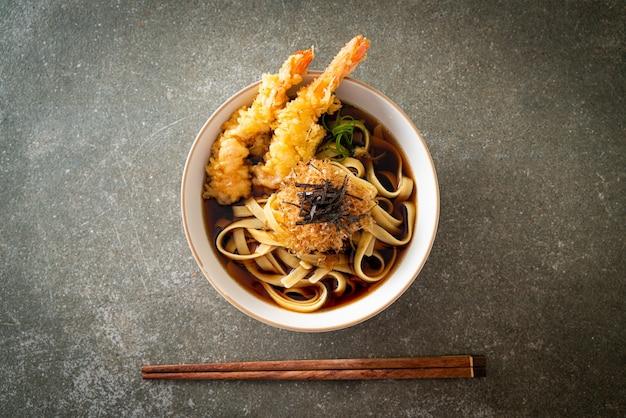 Japanse ramen noedels met tempura van garnalen - aziatisch eten