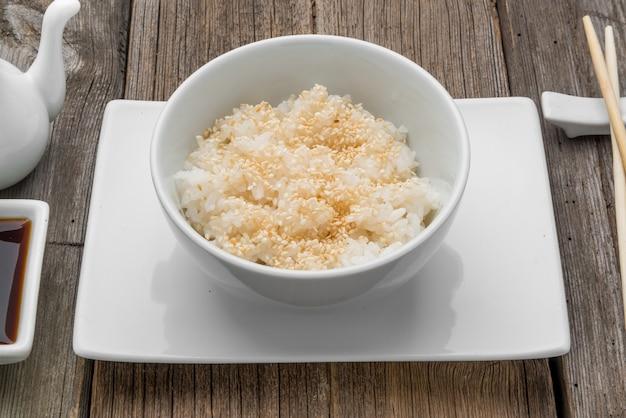 Japanse rijst en zwarte sesamzaden met eetstokjes