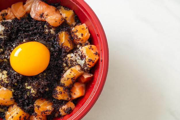 Japanse rijst met verse zalm rauw, tobiko en ei (zalm don) - japans eten