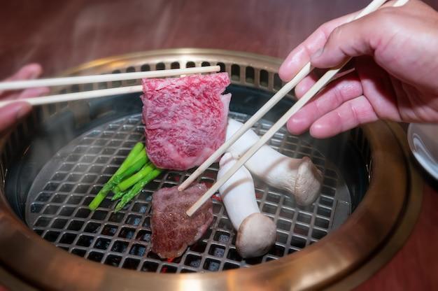 Japanse rundvleesgrill met eetstokje.