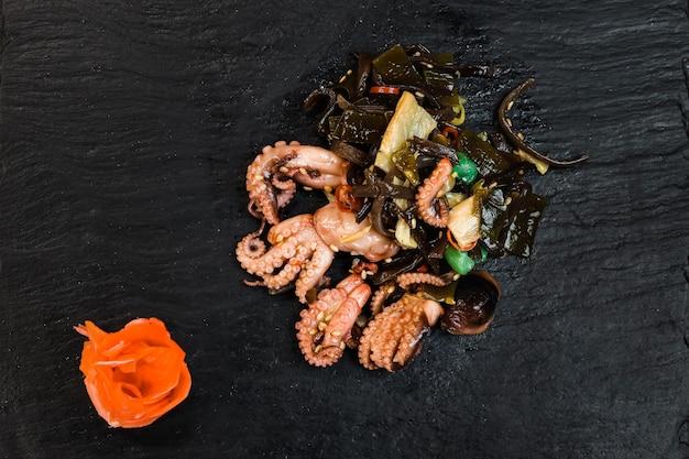 Japanse salade met zeevruchten en zeewier