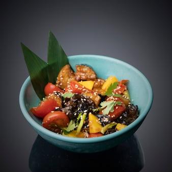 Japanse salade op een grijszwarte achtergrond.