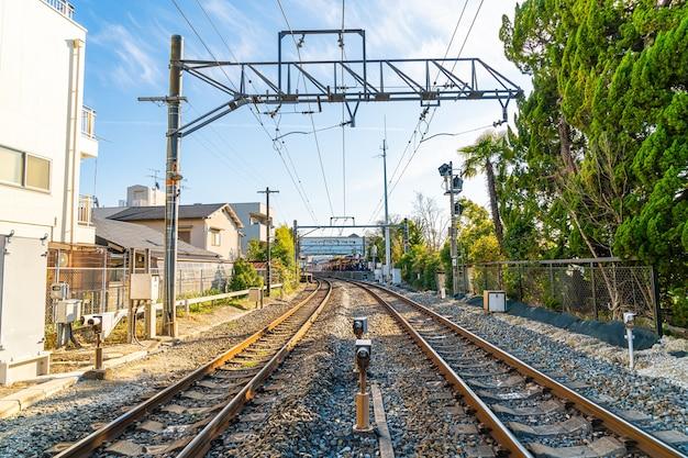 Japanse spoorweg met een lokale trein rijdt door met kyoto city